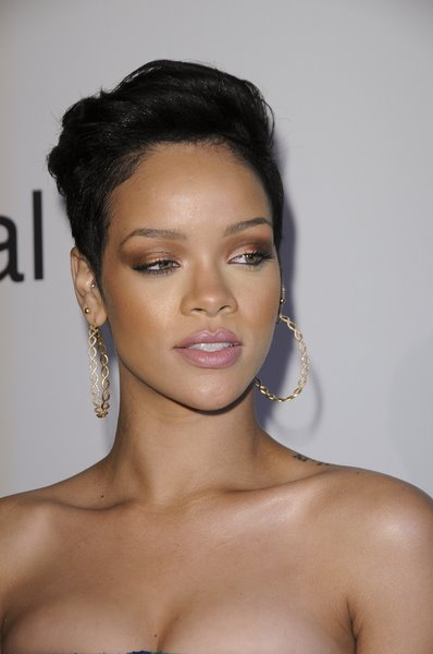 I love this Rihanna Short Hair Crop. Reminds me a bit of Monica. I like her make-up in this Pic! Her skin is Dazzling!